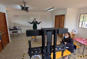 Para el retorno de clases online, se ha implementado un sistema de cámaras y micrófonos en todos los establecimientos municipales de la comuna con el objetivo de mejorar la calidad de audio y video